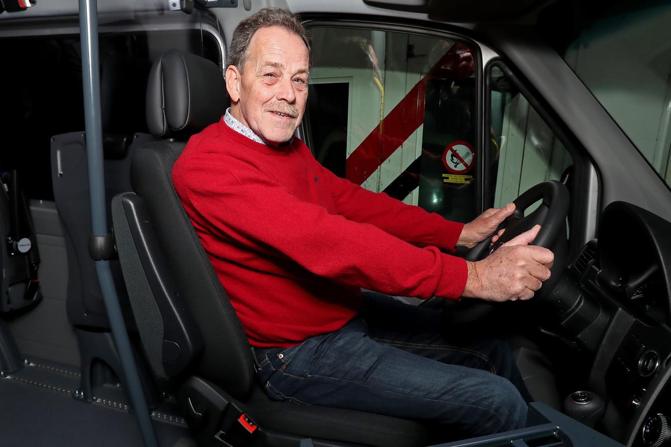 Tjeerd Beukers is vaste chauffeur op de twee Vlearmoesbus.