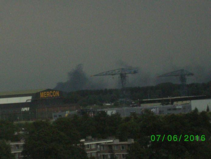 Ook in Gorinchem is de rook goed te zien, zoals bij de scheepswerf Mercon.