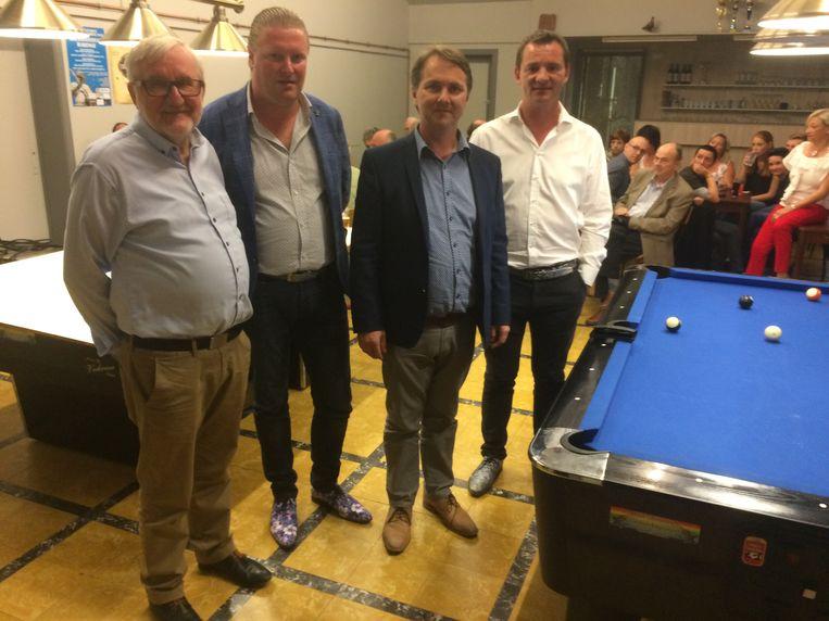 De kopmannen van Tope 8920 op de verkiezingsdag, die net twee stemmen tekort zouden komen voor drie zetels in de gemeenteraad. Luc Vandamme, Koen Bentein, Laurent Hoornaert en Frank Gheeraert.