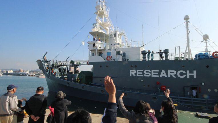 Een archiefbeeld van 1 december 2015 waarop te zien is hoe een Japans walvissenschip vertrekt uit de haven van Shimoneseki om op walvissen te gaan jagen. Vandaag maakte Japan bekend dat het 177 walvissen gedood heeft voor de noordoostelijke kust van het land.