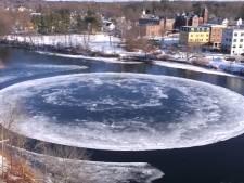 Rivier schuurt ijsplak tot een indrukwekkende maan