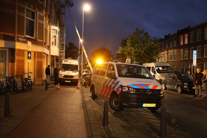 De politie doet onderzoek in de woning aan de Valkenboslaan.
