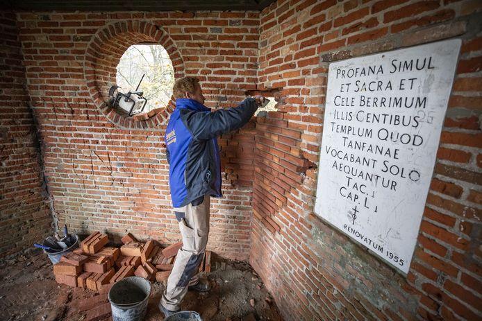 Aannemersbedrijf Segerink is de theekoepel op de Tankenberg aan het restaureren. Daar hebben vandalen vorige week een gat in de muur geslagen.