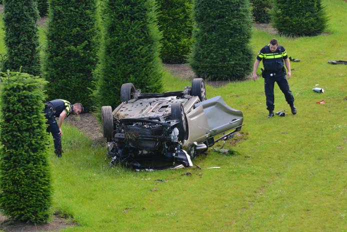 De auto belandde ondersteboven in een tuin.