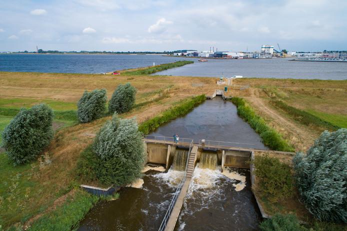 Er komt nog volop water uit de sluis bij Rutten en Lemmer.