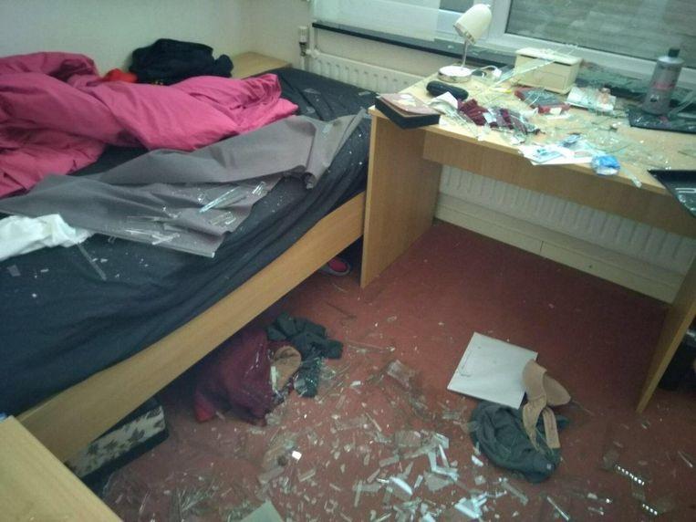 Glasscherven vlogen tot in het bed van de slaapkamer.