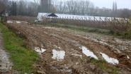 Motorrijder valt door modder op de baan, landbouwer komt weg vrijmaken