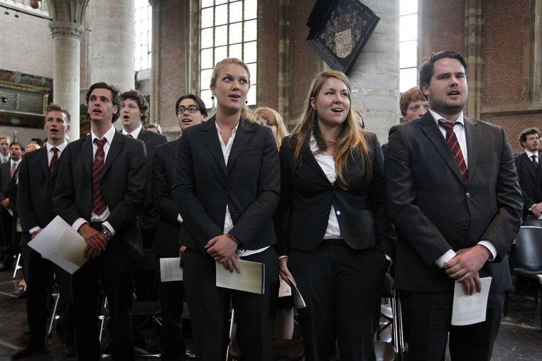 Studenten zingen bij de opening van het academisch jaar aan de Universiteit Leiden. Beeld anp