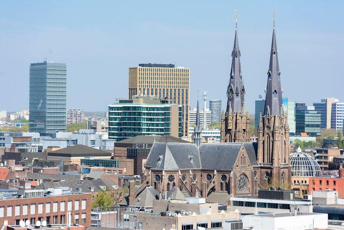 De Catharinakerk omringd door hoogbouw