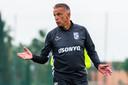 Edward Sturing doceert tijdens de training van Vitesse.