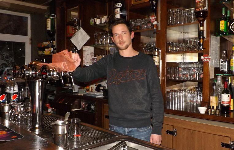 Danny Van Regenmortel achter de toog in café De Witte.