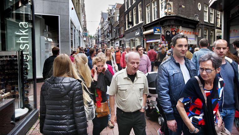 De Kalverstraat bij modewinkel Zara, zaterdagmiddag tegen vieren. 'Mensen schuifelen achter elkaar aan, maar ze kunnen niet even in een etalage kijken. Dan sta je in de weg.' Beeld Jean-Pierre Jans
