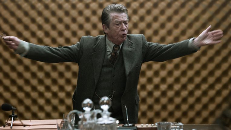 John Hurt in een scene van de film 'Tinker, tailor, soldier, spy'. Beeld AP