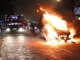 Auto gaat in vlammen op in Monster