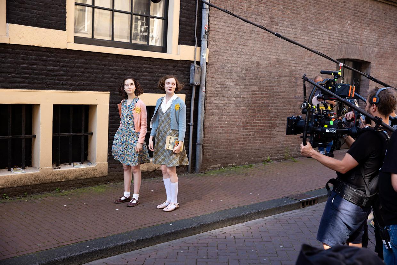 Aiko Beemsterboer (links) als Anne Frank in de Peperstraat naast Josephine Arendsen in de rol van Hannah Goslar. Beeld Bob Bronshoff