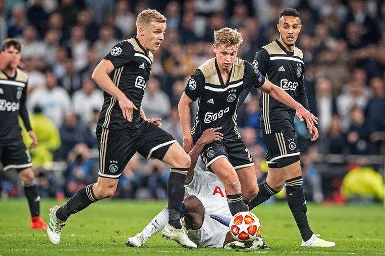 Van der Beek, de Jong en Mazraoui in de eerste halve finale tegen Tottenham Hotspur.  Beeld Guus Dubbelman/ de Volkskrant