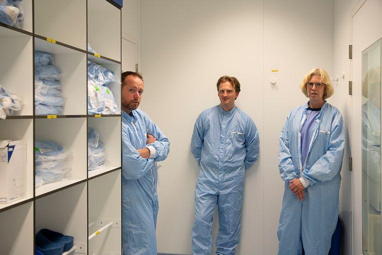 Tom van Meerten, internist hematoloog, Edwin Bremer, hoofd processing utility en Coba van Zanten, hoofd biotech, in de omkleedruimte. Beeld Harry Cock