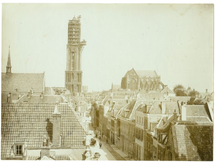 Op de achtergrond is de Domtoren in de steigers te zien.