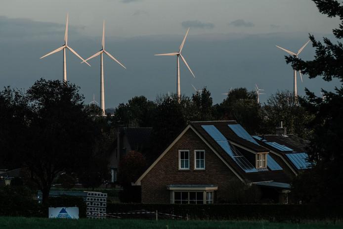 's-Heerenberg. Zonnepanelen aan de Nederlandse kant, windmolens aan de Duitse kant van de grens.