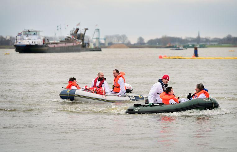 Actievoerders van de SP hinderen in maart schepen die in natuurgebied Over de Maas granuliet gaan storten. Beeld Marcel van den Bergh
