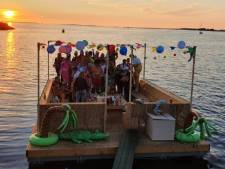 Jongelui in Bruinisse blij, want hun houten vlot krijgt een nieuwe ligplaats