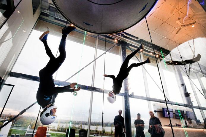 Skydivers trainen voor het Open Nederlands Kampioenschap, zaterdag in City Skydive in Utrecht.