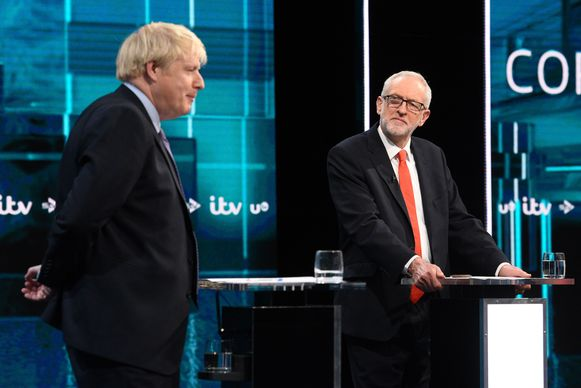 De Britse premier Johnson (links) in debat met oppositieleider Jeremy Corbyn.
