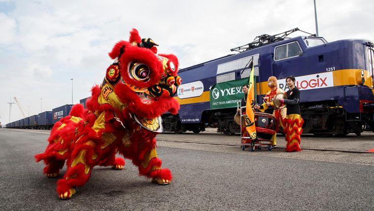 Met een traditionele leeuwendans werd de eerste trein naar China gezegend. Beeld Carly Wollaert