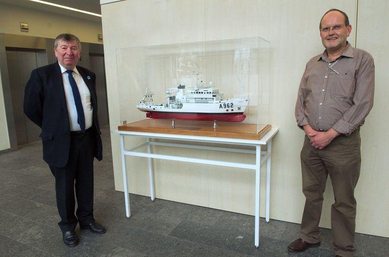 De scheepsmaquette van de Belgica in AC De Zaat, met burgemeester Luc De Ryck en Alex Baeck van de archiefdienst.