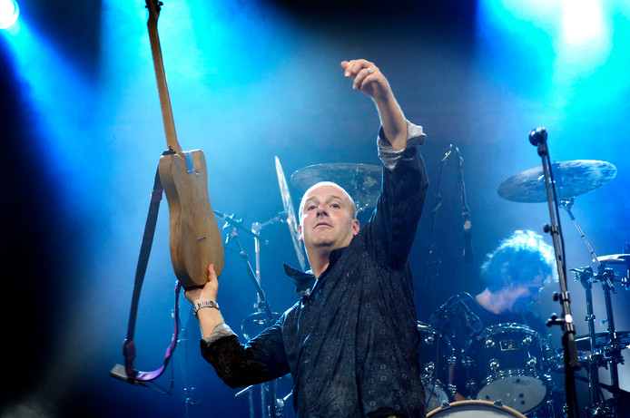 Bløf-zanger Paskal Jakobsen overweegt tijdens het concert op Appelpop zijn gitaar in het publiek te gooien. Raphaël Drent
