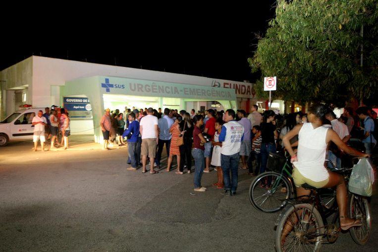 De inwoners van Janauba wachten voor het plaatselijke ziekenhuis op nieuws over de toestand van de getroffen kinderen.