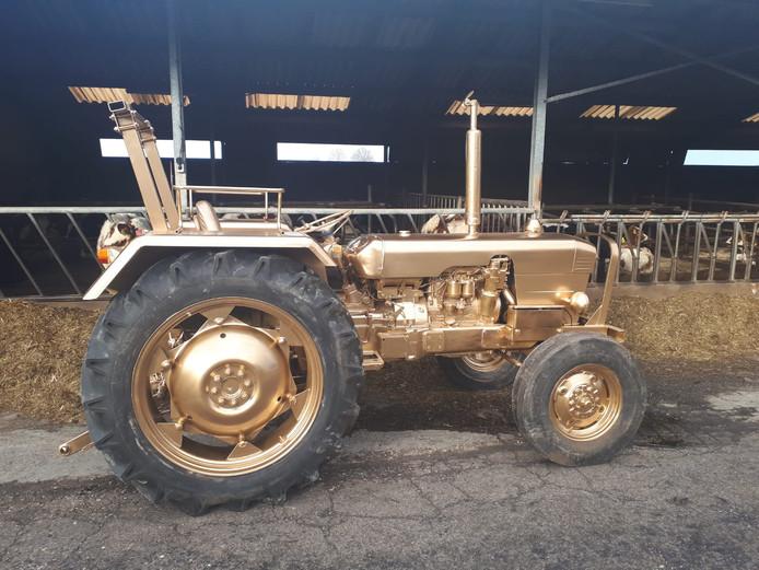 Boer Jan van Expeditie Robinson reed deze goud gespoten tractor naar Berlijn om aandacht te vragen voor de Gouden Trekker-verkiezing.
