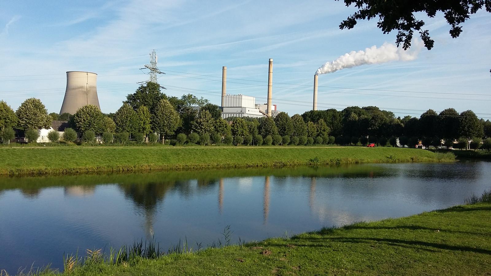 De Amercentrale in Geertruidenberg. Links de koeltoren.