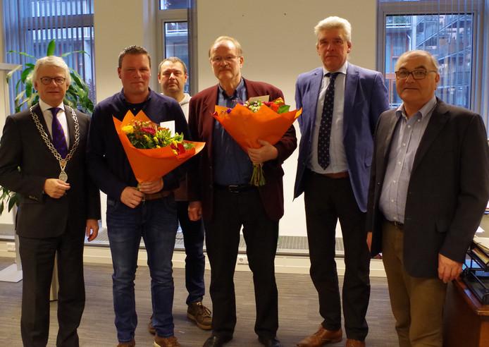 Laurens Dijkhof (midden) kreeg vrijdag de zilveren erespeld van de Oorlogsgravenstichting.
