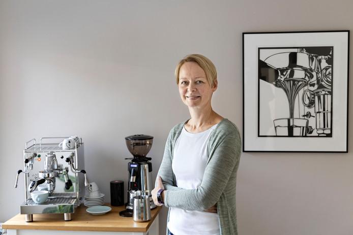Corine Brouwers, met rechts een voorbeeld van haar werk.