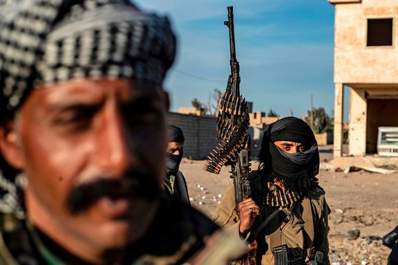 Leden van de Syrische Democratische Strijdkrachten voeren het offensief tegen het laatste bolwerk van IS.