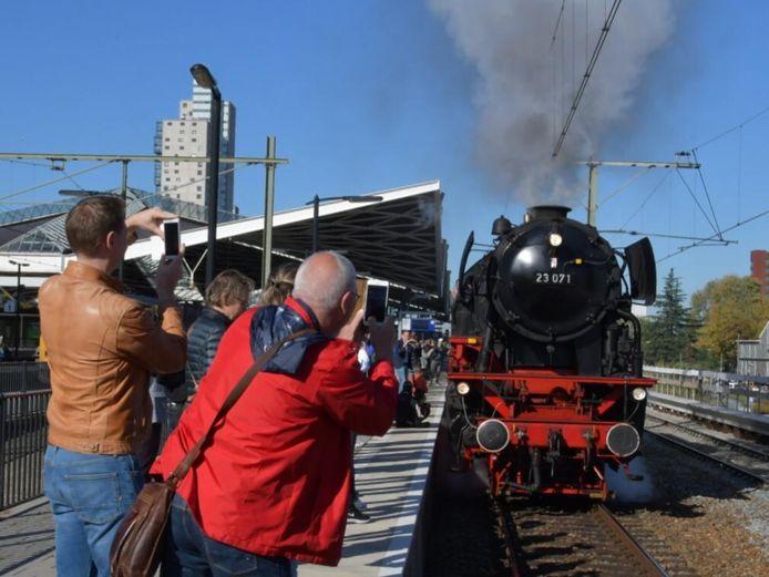 De stoomlocomotief stopt ieder uur op station Tilburg.