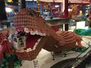 Nogmaals de Ballonnosaurus. Ditmaal met Guido, die 'zijn leven waagt' in de bek van het beest.