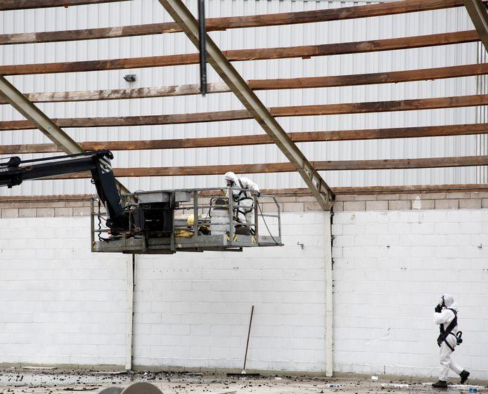 'Maanmannetjes' slopen in 2018 de laatste resten asbest uit het pand van Karwei in Hulst.