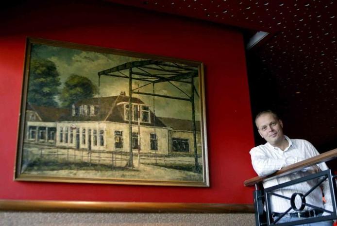 Harold Oosterlaar bij het schilderij dat voormalig boekhouder en amateurkunstenaar Hoppen maakte van De Leeren Lampe anno 1960. foto Ab Hakeboom