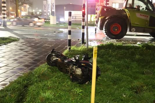 Een scooterrijder kwam in botsing met een shovel in Tiel.