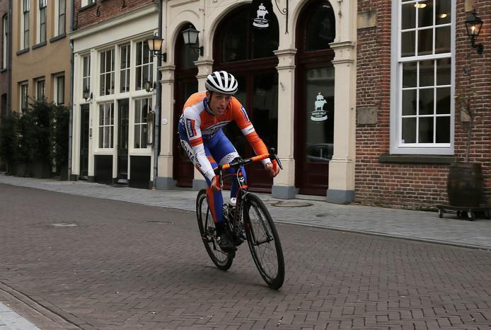 Als eerste renner van het peloton in Olympia's Tour de Houtmarkt in Zutphen opdraaien, is de droom van thuisrijder Wessel Zennipman. Foto: Ronny te Wechel