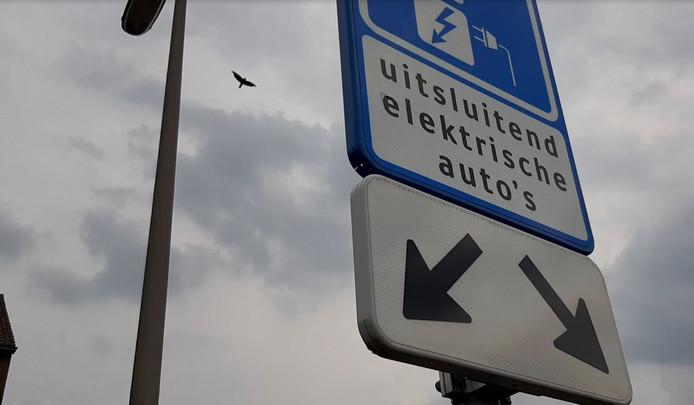 Ook al staan er duidelijke bordjes, vaak worden parkeerplekken met laadpalen voor elektrische auto's bezet door benzine- of dieselauto's.
