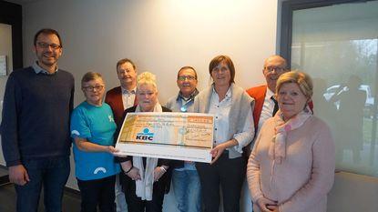 Vrijwilligers schenken 600 euro aan Ter Luchte