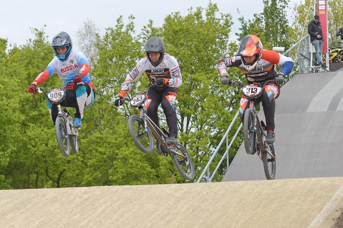 Niek Kimmann (rechts) en Justin Kimmann (midden) tijdens de laatste training voor de wereldbeker BMX op Papendal.