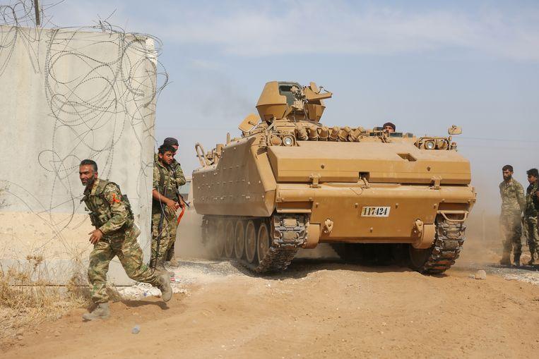 Pro-Turkse Syrische milities helpen een tank de Turks-Syrische grens over. Beeld AFP