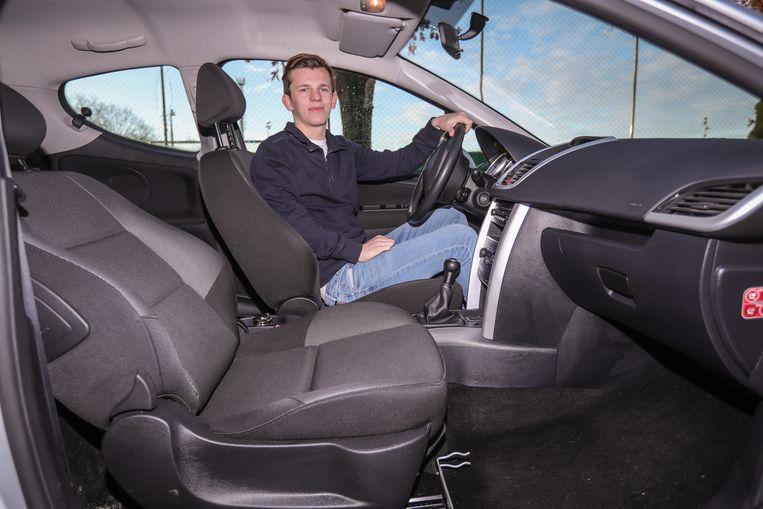 Thuur met zijn Peugeot 207 waarin de baby is geboren. De zetel staat nog in dezelfde positie.