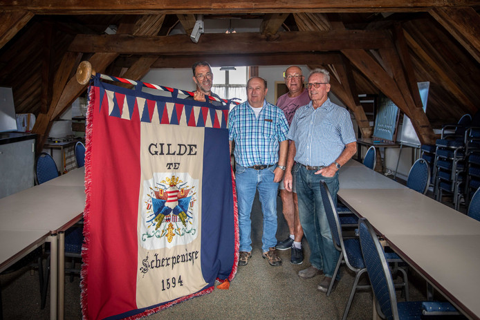 Wout Suurland, Hans Kloet, Peter Suurland en Kees Bolier (VLNR) in de gildekamer, waar de broeders eens per jaar samenkomen en vrouwen niet welkom zijn.