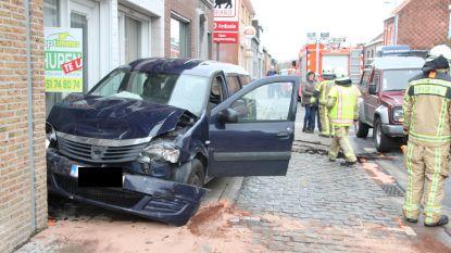 Automobilist wordt onwel en knalt op voorligger en geparkeerde wagen