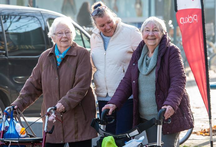 Vrijwilligers helpen senioren met boodschappen doen. De seniorenraad van Berg en Dal maakt zich zorgen: Wanneer zijn de grenzen aan de inzet van vrijwilligers bereikt?'   Archieffoto Hans van de Vlekkert